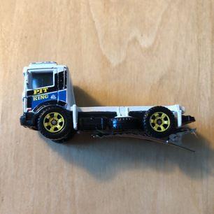 vit lastbil på krokodilspänne (fastlimmat). handgjort! :D
