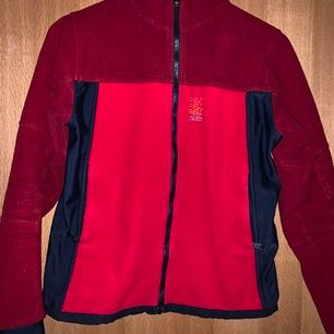 Röd flisjacka från peakperformance i jätte bra skick i stl.XS, frakten står för köparen 🛍📦🚚