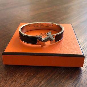 """Säljer mitt Hermes-armband i modellen """"Clic H Bracelet"""". Använt ett fåtal gånger. Nypris 6200kr. Låda och dustbag medkommer självklart! Priset kan diskuteras. Frakt ingår!"""