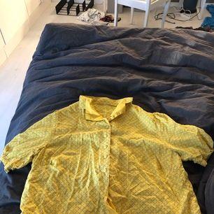 En jättefin gul blus. Perfekt nu inför sommaren! Endast använd ett fåtal gånger. Köpte den för 200kr