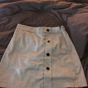En super fin kjol i storlek S som är perfekt inför sommaren. Säljer den då den aldrig kommit till användning, så den är som ny. Köpt för 350kr