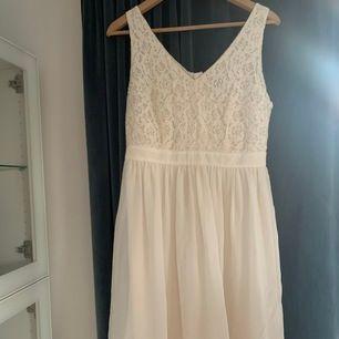 Säljer en super söt klänning perfekt nu för sommarens alla firanden. Endast använd vid ett tillfälle