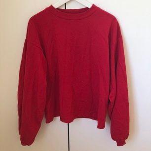 Röd tröja från Nelly i storlek XS (passar S också), endast använd en gång.