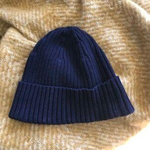 Bomullsmössa från Uniqlo 100% bomull. Mörkblå. Aldrig använd. Köparen står för frakten.