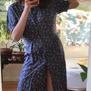 Superfin somrig klänning! Slutar strax över knäna på mig som e typ 173cm. En knapp saknas längs ner men det blir som en liten slits!! 😇😇😇 frakt tillkommer på 45kr ❤️