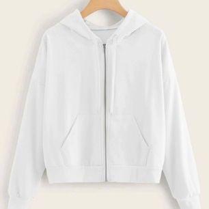 Säljer denna vita kofta som är inköpt för bara någon dag sedan då den var för kort i armarna för mig som har ganska långa armar och är ganska lång💖Betalning sker via swish💖materialet är tunt vilket är perfekt nu till sommaren💖