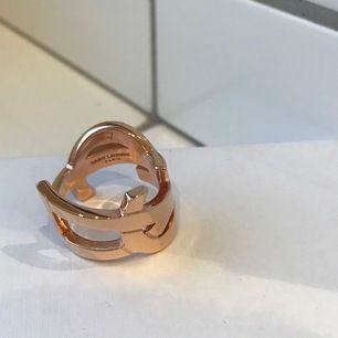YSL Rose Gold Monogram Ring 7 Yves Saint Laurent Paris Cassandre Logo Jewelry. Nypris 1900kr. Mycket fint skick