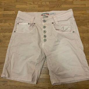 Smutsrosa shorts i stl.S bra skick. Köparen står för frakten 🛍📦🚚