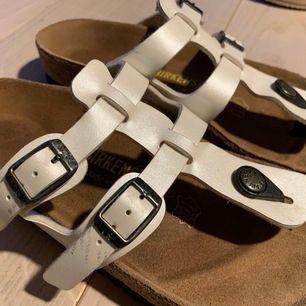 säljer min sandal i storlek 35. använder knappt.  du kunde se från skorna.  men det finns några små märken på fasaden.  du kunde se från bilden.