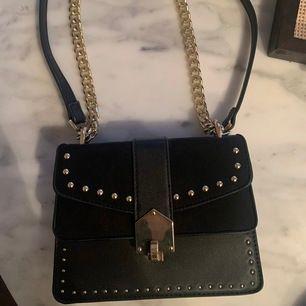supersnygg liten väska från TOPSHOP! Använd kanske 3 gånger så i fint skick. Fraktar endast och köparen betalar frakten!