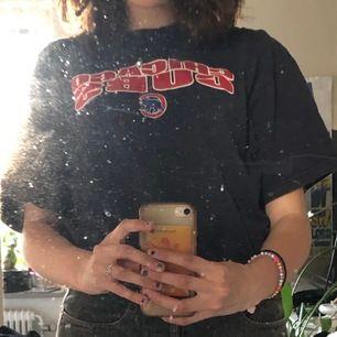 en mörkblå t shirt köpt på beyond retro med chicago bulls tryck