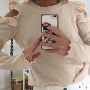En jätte fin beige/rosa långärmad tröja, köpt av en Anna tjej här på plick men är iallafall använd fåtal gånger av mig🦋  storleken är L men jag skulle säga att den passar S-M då den är ganska liten i storleken🥰 frakt tillkommer eller mötas i Örebro💕