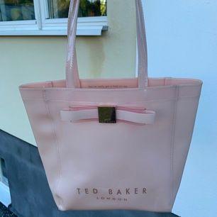 En väldigt snygg Ted Baker väska som jag säljer pga att den tyvär inte kommer till användning. Den har några små skråmor men det är inget som märks.😊 Kan antingen frakta eller möts i Uppsala. (Frakt ingår ej)