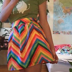 Ultimata kjolen om du ska på Prideparad eller fest med färgglatt tema eller ba närsomhelst!!! Väldigt fin form och har dragkedja baktill ☺️