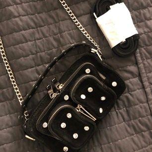 Coolaste HELT NYA väskan från NuNoo i svart mocka med diamanter på. Har alldeles för många väskor för tillfället som jag inte använder, så bättre att sälja till någon annan 💓 Originalpriset är 1400kr