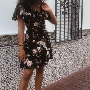 använd endast en gång. super söt och skön!!! klänning i strl 34. frakt tillkommer.