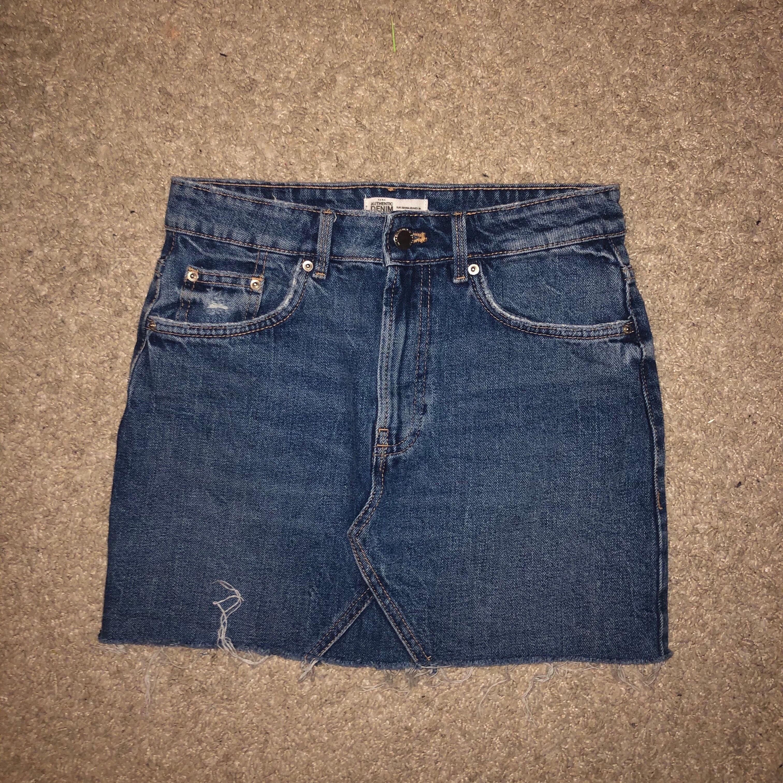 zara kjol strl 34. sitter som alla dom klassiska jeanskjolarna från zara! frakt tillkommer.-kolla bio-. Kjolar.