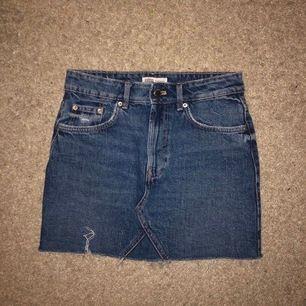 zara kjol strl 34. sitter som alla dom klassiska jeanskjolarna från zara! frakt tillkommer.