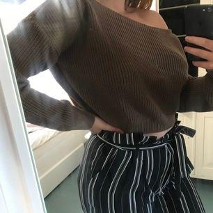 Jätte fin stickad off shoulder tröja från prettylittlething. Säljer pågrund av att den inte kommit till användning och tröjan är i väldigt bra skick. Frakt ingår i priset🥰