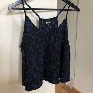 Fin topp som faller fint på kroppen i svart/blå mönster. Storlek S. Frakt ingår i priset.