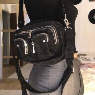 Svart Manchester Nunoo väska. Många justerbara band och fack med mycket utrymme! Köparen står för frakten! Kontakta för mer info