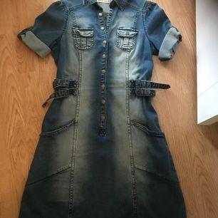 Jätte fins skick på jeans klänning i strl 38. På sidorna av midjan så finns det små skärmar som man joustera lite i storleken och avskärma mera midjan.