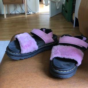 Äkta helt slutsålda dr martens platå sandaler i rosa fluff, köpta direkta från dr martens affären för ca 2 år sedan. De tillverkas inte längre så verkl unika! De absolut perfekta skorna inför sommaren som dessutom gör hela ens outfit🥺💕 Nypris 1200
