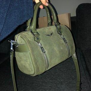 Säljer min zadig Voltaire väska. Köpt i Los Angeles i januari för 4000kr. Så den är inte ens ett halvt år gammal, inga skavanker eller liknande(som ny). Mitt pris 2700 frakt är inte inkluderat i priset. Allt på bilden medföljer!