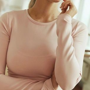 Säljer denna snygga och sköna träningstrenden från janni delers kollektion med Gina tricot. Tröja har öppen rygg bak. Använt den 2 gånger köparen står för frakten 😊