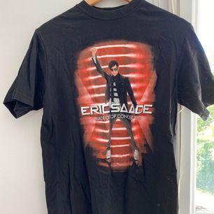 Eric Saade t-shirt aldrig använd o i toppen skick. Storlek s frakt 44kr🥰