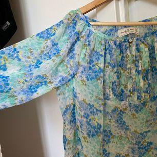 Supersöt sval tröja från Abercrombie & fitch. Aldrig använd och med prislapp kvar. Stl xs. Frakt 44kr🥰