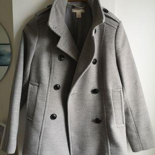 Säljer denna kappa endast för att den är liten på mig. Superskön och i jättebra skick! Storlek 40 🥰