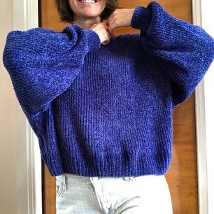 Supermjuk och skön blå stickad tröja från DIVIDED (HM) i storlek M. Bred Model med breda ärmar. Knappt använd och i mycket gott skick. Frakt tillkommer.