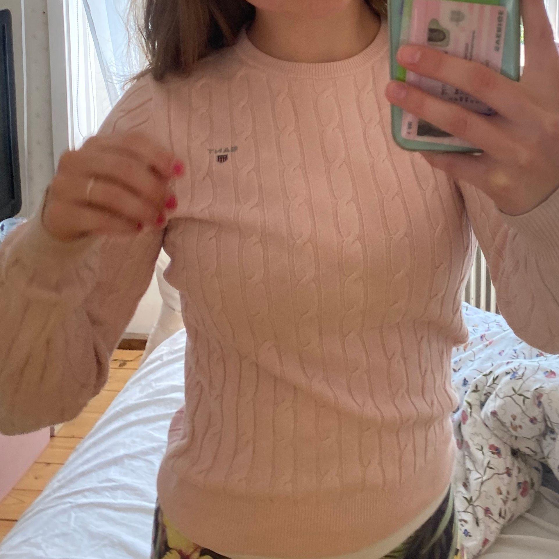 Söt kabelstickad tröja från gant. Väldigt fint skick! Frakt 66kr🥰. Tröjor & Koftor.