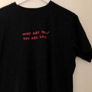 En T-Shirt med tryck från K.Haring. Köpt på uniqlo. Knappt använd och i bra skick