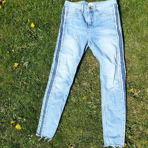 Jeans i superfint skick! Stretchiga och croppade längst ner. Sitter fint på mig som är 1.58 lång 💁♀️ skulle säga att storleken är M-L