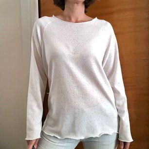 Vit tröja som jag använt på somrarna. I gott skick och inte så använd. Frakt tillkommer 43:-