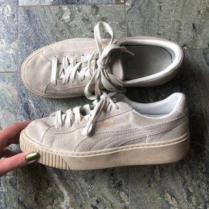 Puma suede skor med hög sula. Lite smutsiga men i övrigt gott skick! (Inga tydliga skavanker). +Frakt 63kr🦋