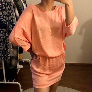 OANVÄND! lapp kvar. aprikosfärgad tunika/klänning strl 34. frakt tillkommer.