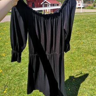 Luftig klänning med resår. Den går att dra ner över axlarna 🐅