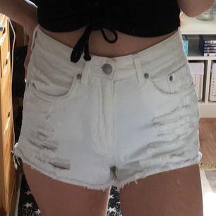 Vita shorts med slitningar/slitna/hål i storlek 36/s. Fel storlek för mig. Använda max 2 gånger. Toppenskick!