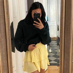 Supersöt kjol i kort modell, ljusgul med ribbad resår. Prislappen kvar. I storlek xs/34 och nypris var 400kr och den är endast testad 🦋