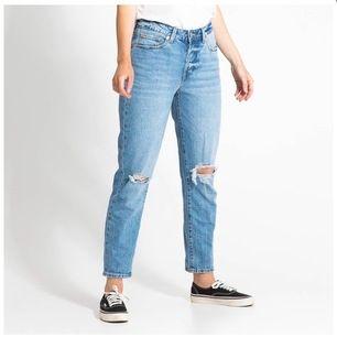 Helt nya boyfriend jeans Strl L men passar S,M,L beroende passform.