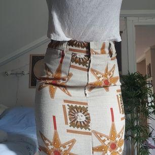 köpare betalar frakt! samfrakt vid flera köp går givetvis 💕 kjolen når hela vägen ner till fotlederna på mig (jag är 165cm) och har en slit på framsidan (syns på 3e bilden). skriv om du undrar något!