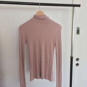 älskade denna rosa turtle neck 🥺 har blitt användt ganska många gånger men fortfarande bra kvalitet! det ända är en liten håll i armen 💕 fråga om det är något :)