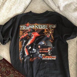 Supercool Harley Davidson T-shirt med stort tryck på ryggen. Den är ganska lång (går ner till mitten på låret på mig som är 1.64) men jag brukar knyta upp den som på bilden 😊 möts upp i Malmö, annars står köparen för frakt 💕