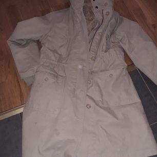 Beige kappa med ull på insidan. Knappt använd