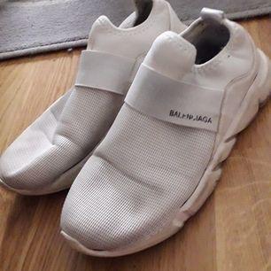 Relativt nya skor som mannen inte använder  synd  dom blir billigare vid snabb affär