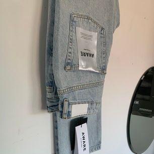 Populära raka jeans från Vero Moda, oandvända och har en fin blå färg. Köpta för 599kr, säljer för 350 och köparen står för frakt