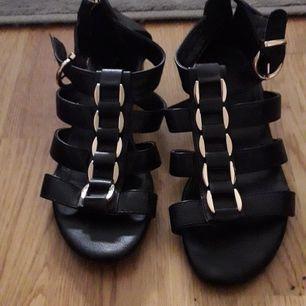 Helt nya sandaler att få springa med när sommaren börjar närma sig. Billigare vid snabb affär.